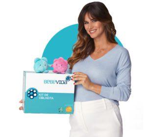 Cláudia Vieira segurando o Kit de criopreservação e as Mascotes BebéVida