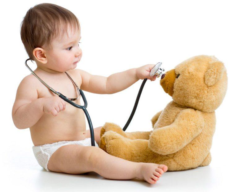 Bebé brinca com estetoscópio
